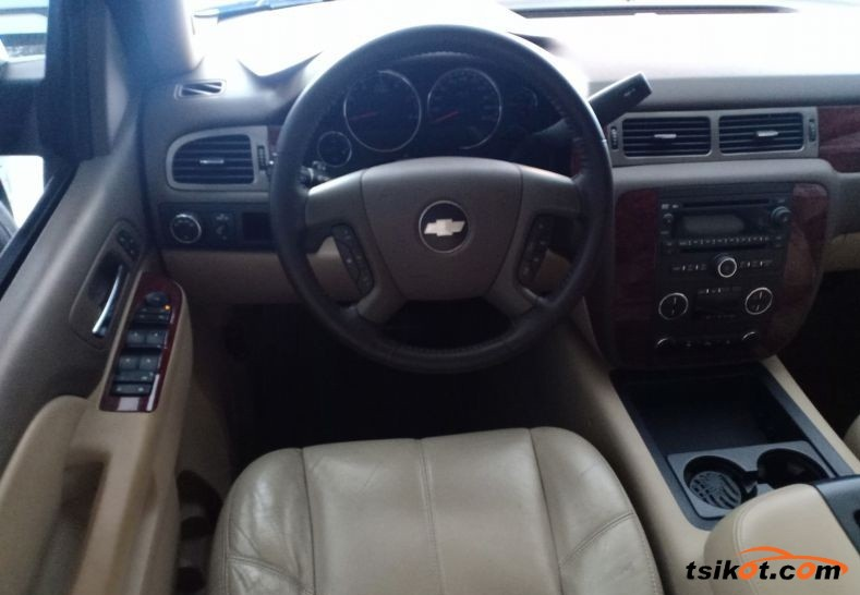 Chevrolet Suburban 2010 - 4